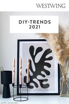 Der DIY-Trend wird sich auch in diesem Jahr fortsetzen – ob zum Verschönern des eigenen Zuhauses, zur Entspannung nach Feierabend, zur Bespaßung der Kleinen oder zum Verschenken an die Liebsten. Wir zeigen Ihnen deshalb hier die 7 schönsten Basteltrends 2021. Lassen Sie sich von unseren Ideen inspirieren und werden Sie selbst kreativ!/Westwing Interior DIY Basteln Trend 2021 twisted candles foam Spiegel Kerzen Zuhause Modelliermasse Diy Trend, Trends, Diys, Inspiration, Frame, Interior, Home Decor, Room Interior Design, Mirrors