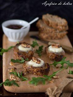 Tostas de queso de cabra y cebolla caramelizada