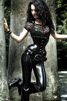 Sexy Asses In Leather - Tight leather sexy outfits on sexy women. Sexy asses in leather photo gallery. Enjoy these sexy asses in leather pictures. Sexy Latex, Latex Babe, Latex Fashion, Fetish Fashion, Gothic Fashion, Fashion Moda, Look Fashion, Mode Latex, Business Mode