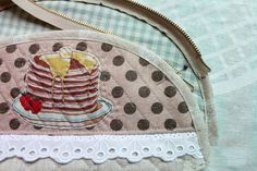 How to make a cute quilted zippered makeup bag! DIY Pattern & Tutorial in Pictures. Diy Bags Tutorial, Diy Makeup Bag, Round Top, Gift Bags, Cosmetic Bag, Coin Purse, Creations, Zipper, Quilts