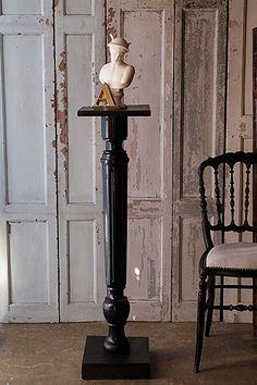 黒の飾り台-napoleon Ⅲ style column 艶めく黒の塗装に、ナポレオン3世時代の漆黒家具全般に渡る、ややオリエンタルな文様が。台座に合ったサイズを想像しがちですが、画像の様に小さいかも、というオブジェも異なるお品を二つ組み合わせれば丁度良く、尚美しい。天板にやや捻れた歪みが御座いますが、実際飾ってみて今の所其れ程ひどい反りでは無いかと思います。 少し天板にヒビが入っておりますので、後日天板下部の補強を行う予定です。