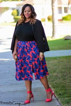 Trendy Curvy - Plus Size Fashion Love the combination total black on the top and colourful skirt and heels!