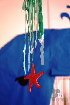 """einfache aber stimmungsvolle Hängedekoration darf bei keiner Party fehlen. Dem wachsamen Auge unseres """"Blauwals"""" aus blauem Paketpapier im Hintergrund scheint der Seestern auch besonders zu gefallen. Outdoor Decor, Home Decor, Paper, Blue Whale, Starfish, Eye, Stars, Decoration Home, Room Decor"""