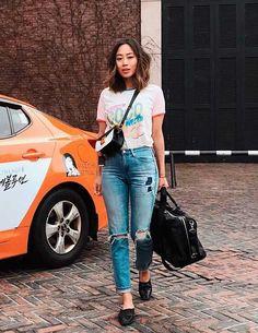 6 tipos de calças queridinhas entre as fashion girls. Tshirt branca estampada, calça jeans destroyed, flat mule preto