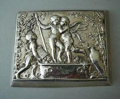 Online veilinghuis Catawiki: Een zilveren tableau van in druiven badende putti, Nederlands en Engels gekeurd 1890