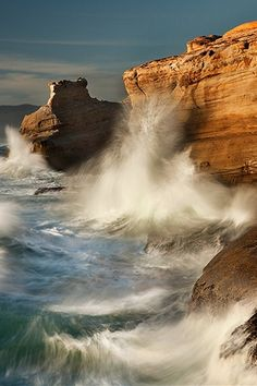 Watching © Miles Morgan A lone seagull watching dispassionately as waves crash 40 feet up the sandstone cliffs of Cape Kiwanda No Wave, All Nature, Amazing Nature, Amazing Photography, Nature Photography, Waves Photography, Magic Places, Nature Iphone Wallpaper, Mobile Wallpaper