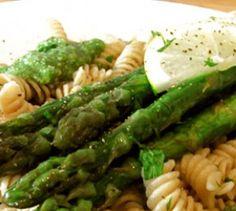 Grüner Spargel mit Bärlauch-Walnuss-Pesto  - Zu grünem Spargel empfiehlt die Techniker Krankenkasse Spirelli und Bärlauch-Walnuss-Pesto. Lecker!