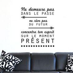 Sticker citation de Bouddha: Ne demeure pas dans le passé, ne rêve pas du futur, concentre ton esprit sur le moment présent.