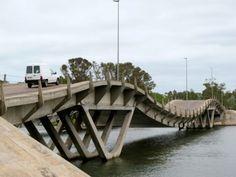 Puente ondulante que une Punta del Este con la Barra de Manantiales - Maldonado -Uruguay