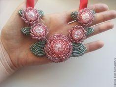 """Вышитое бисером колье """"Эльза"""" - розовый,зеленый,цветы из бисера,бутоны"""