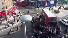 Vídeo mostra multidão levantando ônibus para soltar atropelado Caso aconteceu em Londres nesta quinta-feira; vítima está estável. Dezenas ajudaram a suspender veículo de 2 andares.
