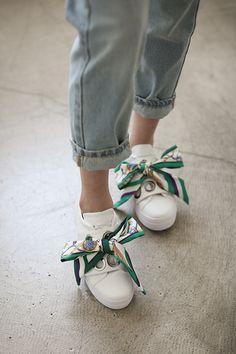 스카프 슬립온 Bandana Styles, Scarf Styles, Sneakers Fashion, Fashion Shoes, Fashion Accessories, Quoi Porter, Fresh Shoes, Knitwear Fashion, Slippers