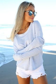 Summer look | Cozy pale grey sweater with shredded white shorts
