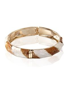 Abbigliamento da donna  http://www.abbigliamentodadonna.it/braccialetto-rigido-smaltato-p-773.html Cod.Art.000856 - Braccialetto rigido smaltato con tinte colorate luminose e vivaci, caratterizzato da un disegno a motivo ondulato in rilievo disegnato da fili in metallo simil oro lucido.