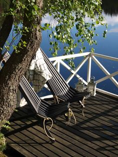 Sunny place to rest by the lake. Summer House Interiors, Cottage Interiors, Porches, Summer Cabins, Summer Houses, Haus Am See, Cottages By The Sea, Lake Life, Interior Exterior