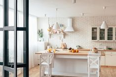 cozy modern kitchen with served table and chairs Cocinas Feng Shui, Table And Chairs, Decoration, Loft, Kitchen, Furniture, Home Decor, Inspiration, Feng Shui Bedroom