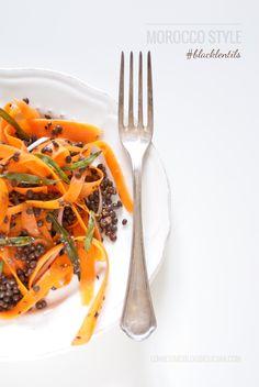 Un'insalata marocchina tiepida di carote arricchite da lenticchie nere e da un condimento speziato: semi di cumino, semi di anice, zenzero e paprika. Moroccan salad with carrots and black lentils. ©annafracassi