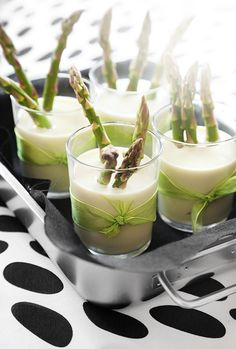 se/ - I love asparagus and bid happy on soup in glass with these tiny spring vegetables as snacks. No Cook Appetizers, Finger Food Appetizers, Appetizer Recipes, Gourmet Recipes, Soup Recipes, Food Design, Design Blogs, Asparagus Soup, Meals