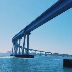 The Coronado Bridge 🌉 . Construit à la fin des années 60s, ce pont reliant la baie de San Diego à la petite ville de Coronado est soutenu par 27 poutres en béton dont la longueur permet aux bateaux et aux porte-avions de passer.  .  Croyez-nous, le premier passage en voiture sur ce pont est effrayant 😱 du fait de sa hauteur et du vide autour mais c'est également un spectacle incroyable du fait de la vue qui est splendide !  . C'est un des nombreux monuments à ne pas rater lors de votre fu Coronado San Diego, Coronado Bridge, Visit San Diego, Coronado Island, Visit California, Spectacle, Vide, Road Trip Usa, Monuments