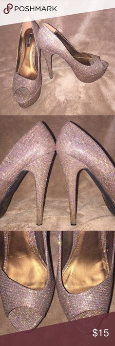 Forever 21 gold sparkle peep toe platform heel. Perfect shoe for the holidays! Gold sparkle all over the shoes. The platform allows for additional comfort. Worn 1 time. Forever 21 Shoes Heels