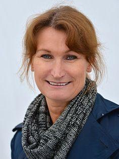 Viveca Sten (  Bergstedt , 18 juni 1959 , Stockholm) is een Zweedse schrijver en advocaat. Ze heeft een diploma rechten aan de Universiteit van Stockholm en heeft een MBA van de Stockholm School of Economics .Voorheen werkte ze bij Scandinavian Airlines .