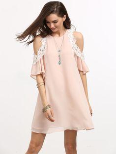 Розовое платье с открытыми плечами с кружевной вставкой