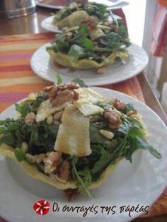 Είναι μία πεντανόστιμη σαλάτα που τονίζει την πικάντικη γεύση της ρόκας και την γλύκα της σως μελιού! Άσε που μου θυμίζει και κάτι από... Ιταλία! Food Network Recipes, Food Processor Recipes, Cooking Recipes, Salad Bar, Soup And Salad, Healthy Meals To Cook, Healthy Recipes, The Kitchen Food Network, Greek Salad