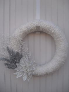Christmas Yarn Wreath - White and Silver Twine Wreath, Wreath Crafts, Diy Wreath, Hessian Wreaths, Christmas Yarn Wreaths, Christmas Holidays, Christmas Ideas, Advent, Holiday Crafts