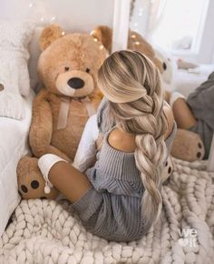 Shared by Find images and videos about lifestyle, hair style and teddy bear on We Heart It - the app to get lost in what you love. Tumbrl Girls, Minimalist Shoes, Minimalist Fashion, Foto Pose, Instagram Girls, Instagram Models, Girls Dpz, Creative Makeup, Luxury Beauty