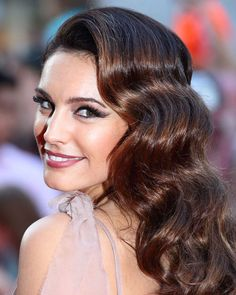 Kelly Brook's combination of those sculpted retro waves and that winged-out eyeshadow is gorgeous and just really really really hot. She looks glamorous and vaguely retro without getting costume-y or over-the-top.
