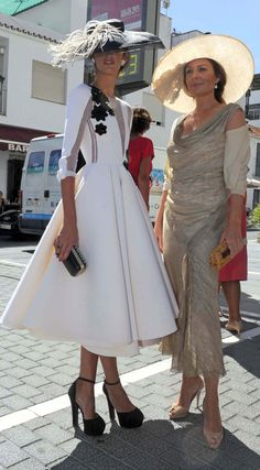 The look on the left is fantastic. Ines domecq y nuria gonzalez Race Day Fashion, Races Fashion, Fashion Outfits, Womens Fashion, Dress Fashion, Kentucky Derby Outfit, Kentucky Derby Fashion, Tea Party Outfits, Derby Outfits