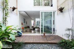 Erguida entre espigões na região central de São Paulo, esta casa de apenas 5 m de largura tem luz natural de sobra, jardim interno e até horta no telhado.