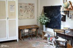 Une salle de jeu décorée comme une ancienne classe d'école