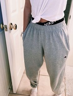 sweatpants outfit with heels Cute Lazy Outfits, Teenage Outfits, Chill Outfits, Teen Fashion Outfits, Mode Outfits, Fashion Week, Look Fashion, Trendy Outfits, Cute Outfits With Sweatpants