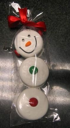 Chocolate covered Oreos - this is too cute and a cheap idea as well. christmassnacks : Chocolate covered Oreos - this is too cute and a cheap idea as well. Christmas Snacks, Christmas Goodies, Christmas Candy, Christmas Baking, Holiday Treats, Winter Christmas, All Things Christmas, Holiday Fun, Holiday Gifts