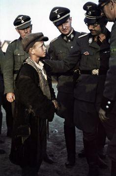 Himmler mit einem ukrainischen Kind, bestimmt für das Projekt Lebensborn 1941