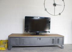 Meuble TV style industriel fabriqué avec un ancien vestiaire restauré, mélange métal et bois, travail artisanal de fabrication française sur mesure.