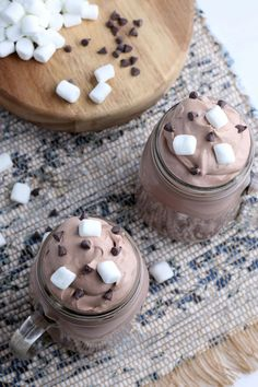 This Whipped Hot Chocolate is a modern twist on a holiday classic! It's like a kid friendly version of the popular dalgona whipped coffee. Chocolate Delight, Hot Chocolate Bars, Mini Chocolate Chips, Chocolate Lovers, Best Chocolate Desserts, Chocolate Sprinkles, Easy Summer Desserts, Sweets Recipes, Easy Recipes