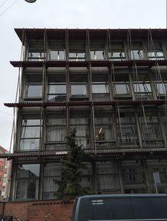 Billedet her viser en ældre bygning, som man kan se huser de lidt fattigere vesterbroere. Denne bygning har meget små værelser, og ligner på den måde mere de gamle arbejderlejligheder.