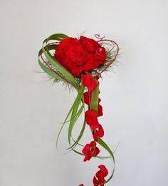 Falling wedding bouquet Source by lybougourd Prom Flowers, Diy Wedding Flowers, Bridesmaid Flowers, Bride Bouquets, Bridal Flowers, Silk Flowers, Red Wedding, Beautiful Flower Arrangements, Floral Arrangements