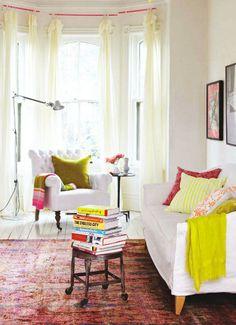 Me encanta el sofa del fondo con la lampara!
