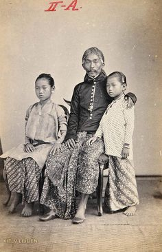 Regent van Probolinggo, Raden Toemenggoeng Soeroadinegoro, met twee dochters History Books, Art History, Old Pictures, Old Photos, Chemistry Art, Black History Quotes, Dutch East Indies, History Activities, Native American History