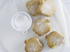 These apple-shaped biscuits taste great just as they are, unfilled. But, for something special, the custard cream filling gives these biscuits the wow factor. Plum And Apple Crumble, Apple Crumble Recipe, Biscuit Bar, Biscuit Cookies, Custard Cream Recipe, Lemon Glaze Icing, Coconut Icing, Best Burger Recipe, Rhubarb And Custard