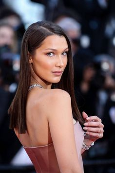 75 Pictures That Prove Bella Hadid Is Gorgeous in a Truly Unreal Way : Celebrity & Entertainment Bella Hadid Estilo, Bella Hadid News, Bella Hadid Hair, Bella Hadid Outfits, Bella Hadid Makeup, Straight Prom Hair, Haircuts Straight Hair, Bella Hadid Pictures, Girl Short Hair