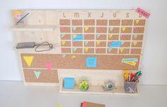 Crea un organizador vertical de escritorio de madera con un calendario mensual, corcho para poner tus notas y varias repisas.
