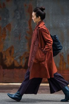 Jurgen Lehl for Babaghuri — Coat cotton Aug 2015 Photograph by Yuriko Takagi 60 Fashion, Minimal Fashion, Winter Fashion, Womens Fashion, Fashion Design, Mode Outfits, Winter Outfits, What To Wear, Textiles