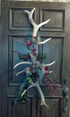 Pretty door decoration, I would of course add some feathers to it. Take a look at these 12 hunting-themed Christmas decorations and start filling your home with the holiday/hunting spirit! Noel Christmas, Rustic Christmas, Winter Christmas, Christmas Wreaths, Cowboy Christmas, Antique Christmas, Primitive Christmas, Father Christmas, Christmas Christmas