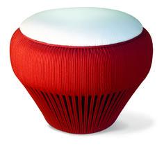Puff ecológico feito com pneu de reuso revestido com corda náutica vermelho.