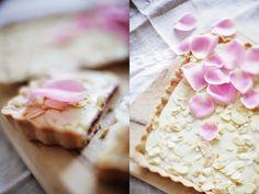 Mazurek malinowo-różany z białą czekoladą i migdałami