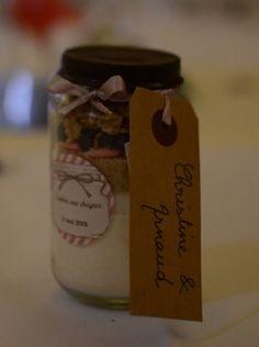 Cadeau invité: préparation pour cookies aux dragées (idée et recette trouvées chez la mariée en colère).  Récup de petits pots bébé :)
